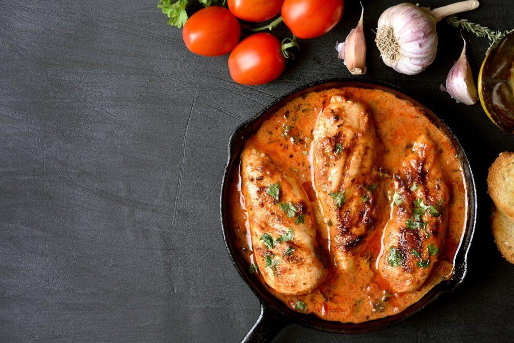 Kip uit de oven met zongedroogde tomaat